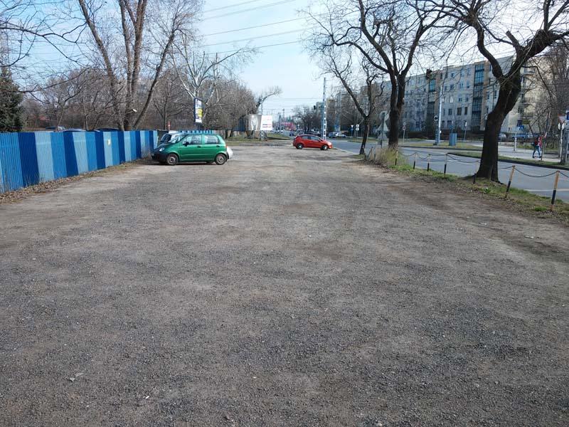 """A Gundel iskola előtti """"zöldterület"""". Van bőven hely..."""