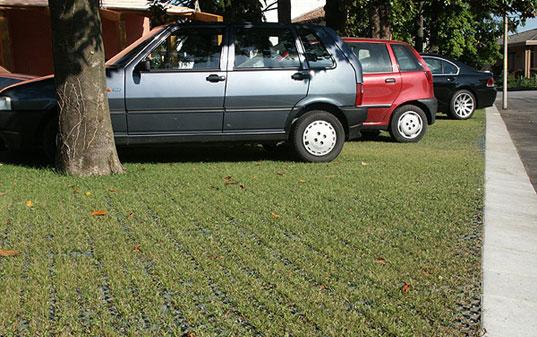Jó példa: parkoló+zöldterület